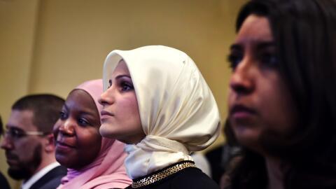 Mujeres musulmanas oyen al Presidente Obama en Baltimore, feb. 3, 2016.