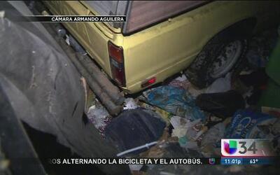 Mujer muerta entre montones de basura