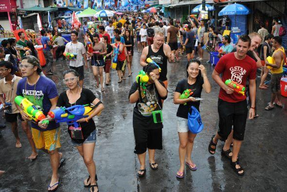 Tanto tailandeses como turistas se unen para arrojarse agua unos a otros...