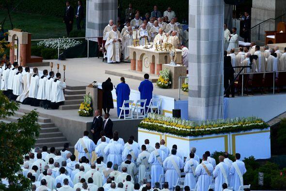 La ceremonia de canonización en la Basílica de la Universidad Católica e...