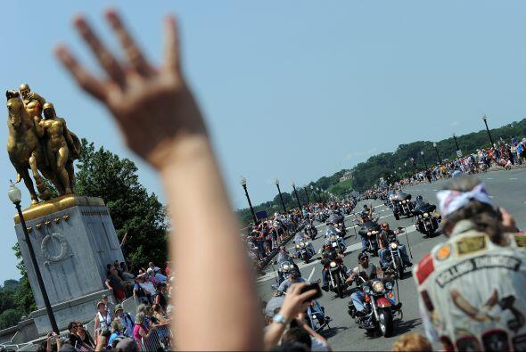 Por donde quiera que pasen los motociclistas, son apoyados por los asist...