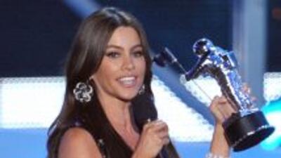 La actriz colombiana recibió el premio del rapero y dijo en broma que és...