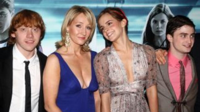 J.K. Rowling, segunda de izquierda a derecha, con los protagonistas de l...