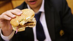 Un niño come una hamburguesa