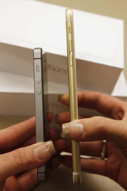 Una comparación del tamaño de un iPhone 6 y un iPhone 6 Plus.