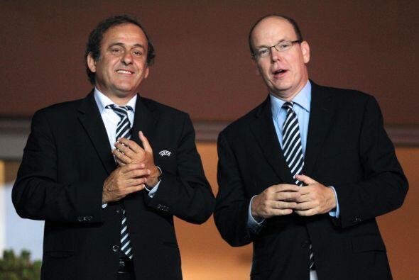 Mientras la gente disfrutaba de la final, el francés Michel Platini y el...