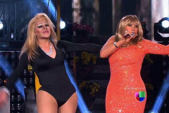 La verdadera Laura León apareció en el escenario para cantar a dueto con...