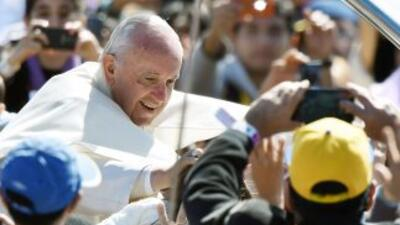 El Papa Francisco saluda a los fieles congregados en Santa Cruz de la Si...