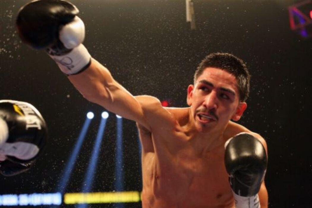 Leo 'Terremoto' Santa Cruz (26-0-1, 15 KOs) retuvo el título mundial sup...