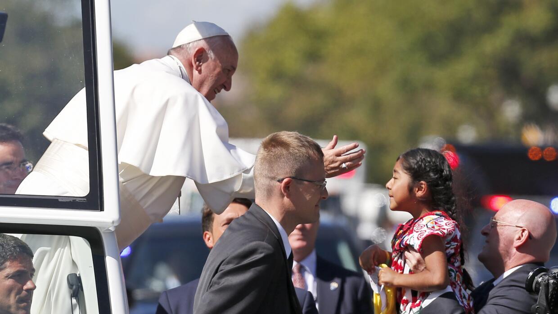 El Papa deja que una niña se acerque en su recorrido