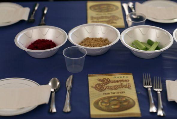 También durante el Seder se realizan varios brindis en los que se presen...