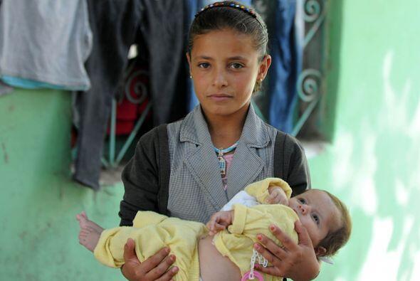 Una niña kurda sostiene a su hermana en una escuela que sirve como refug...