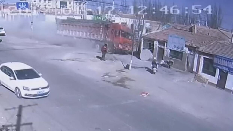 Camión sin frenos destruye una hilera de casas en China