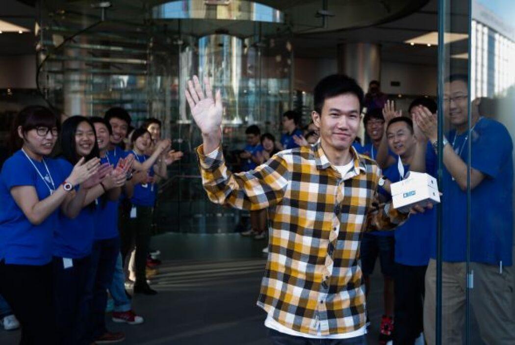 Un cliente chino sale satisfecho de la tienda de Apple en Wangfujing y m...