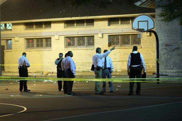La policía investiga la escena en Cornell Square Park, donde 13 personas...
