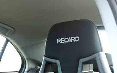 Las butacas delanteras son de la casa Recaro y proporcionan apoyo y sopo...