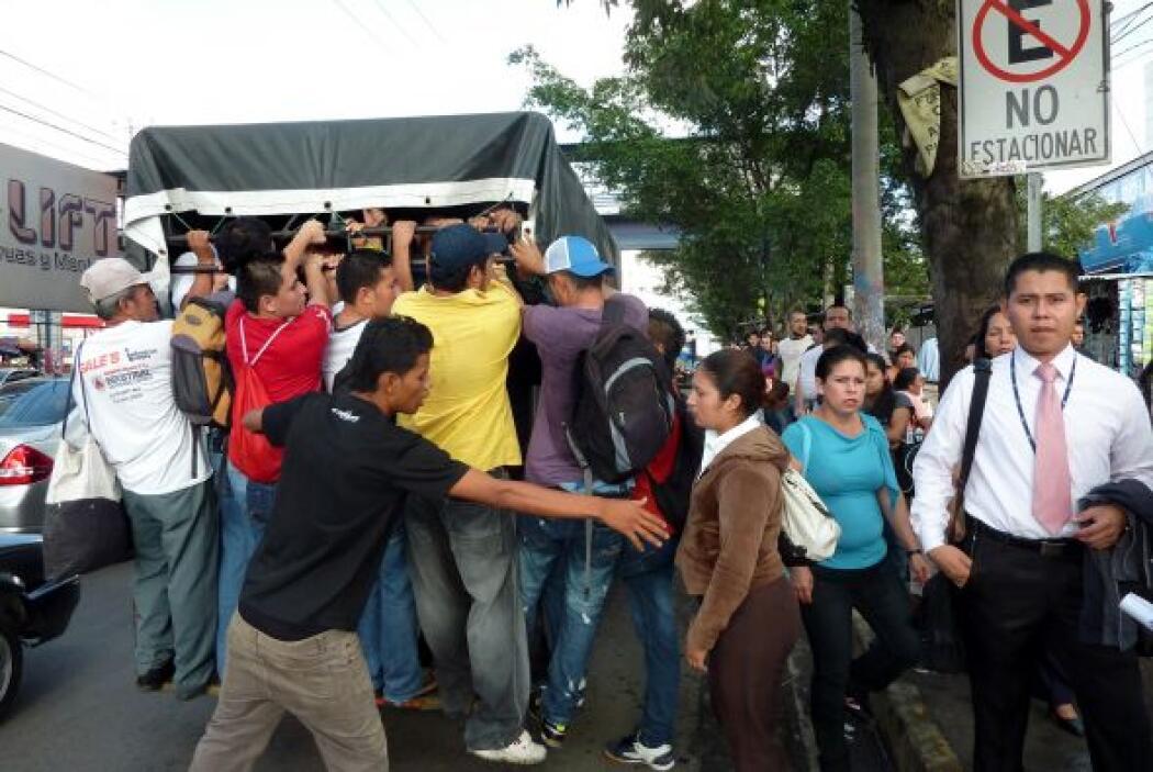 El servicio del transporte colectivo en El Salvador volvió hoy a la norm...