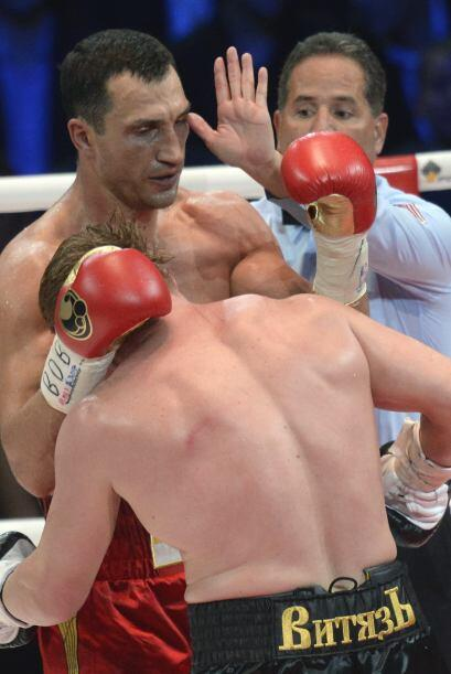 Povetkin buscó la pelea adentró y Klitschko se refugió con agarrones.