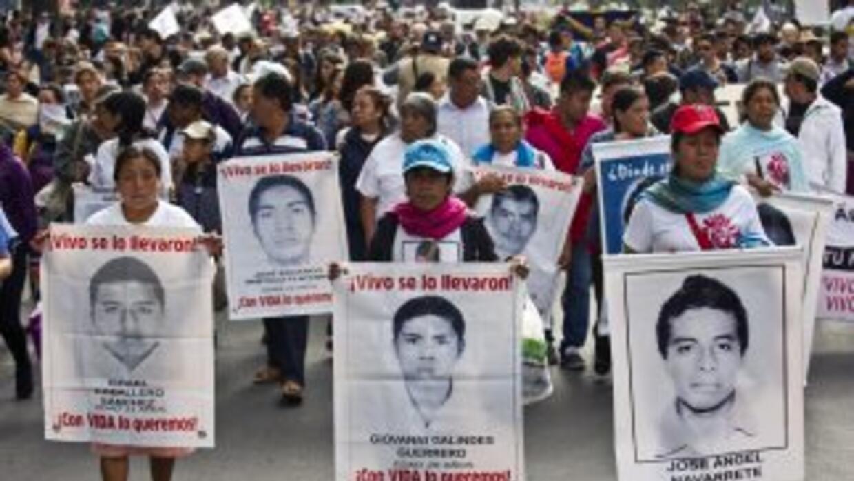 Familiares y amigos de los 43 estudiantes desaparecidos de Ayotzinapa pr...