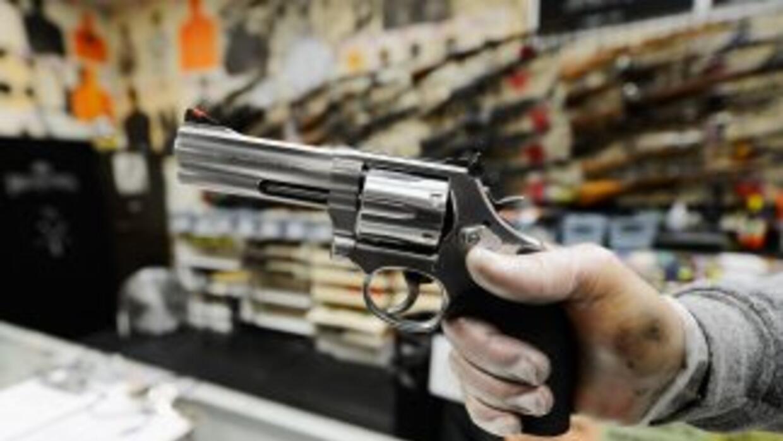 El gobernador de Georgia firmó una ley que permitiría portar armas en ba...