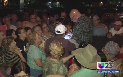 Cientos de ancianos hacen fila por una casa