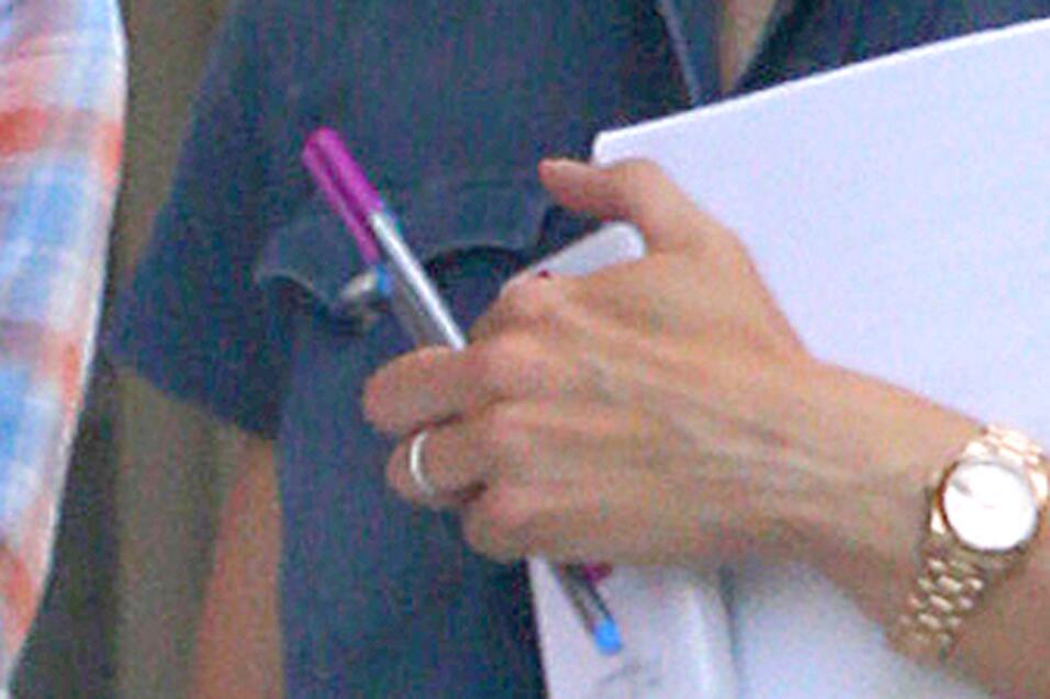 Jennifer también dejó ver que todavía porta su anillo de bodas.