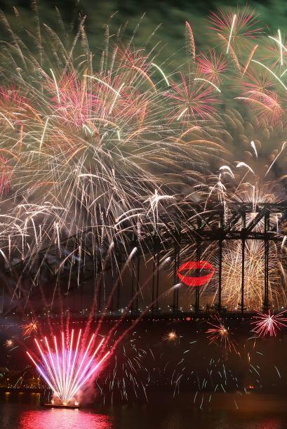 En medio de un espectáculo  de fuegos artificiales la ciudad de Sídney,...