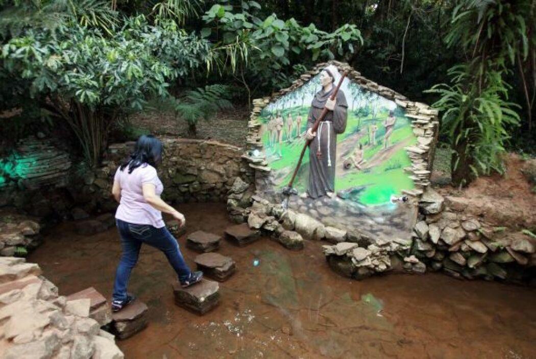 """La fuente, conocida como el """"Ykuá (manantial, en guaraní) Bolaños"""" es el..."""