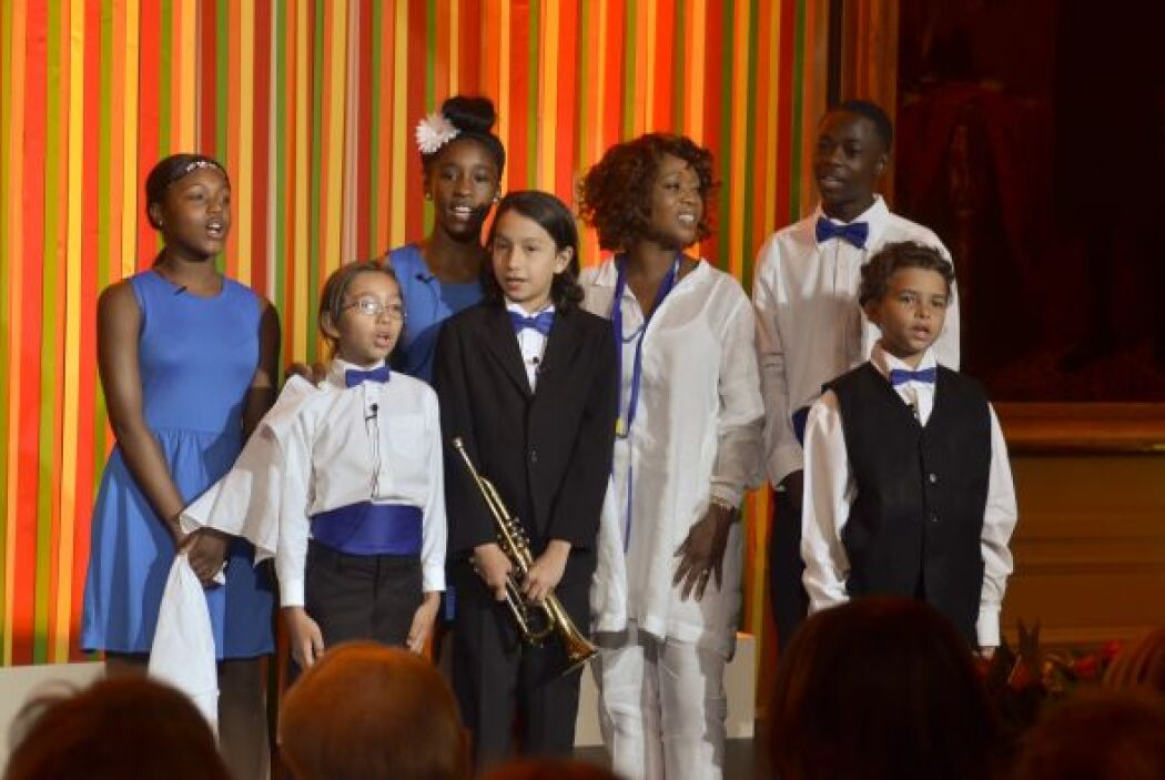 """Otro grupo de niños cantó a la primera dama el clásico """"Can't Take My Ey..."""