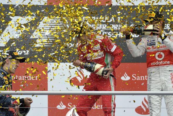 El podio se convierte en un lugar de fiesta en la que hasta las grid gir...