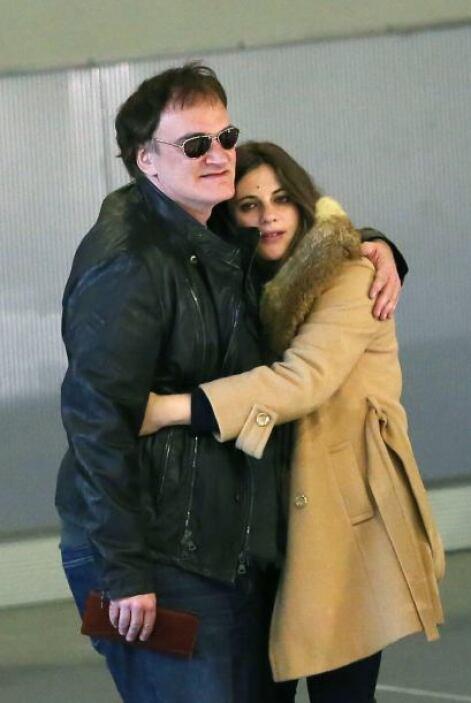 La pareja salió muy feliz del aeropuertos abrazados en una tierna postal...