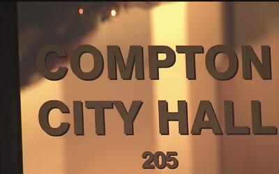 Liberan a tesorero de Compton tras arresto por supuesta malversación de...