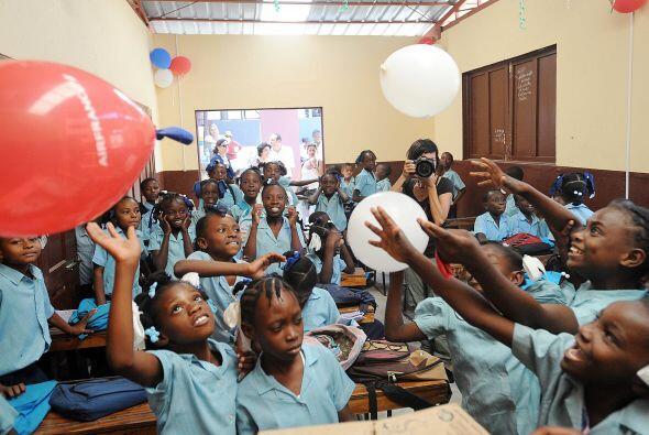 Por eso sus alumnos de Haití salieron a celebrar que tienen, de nuevo, u...