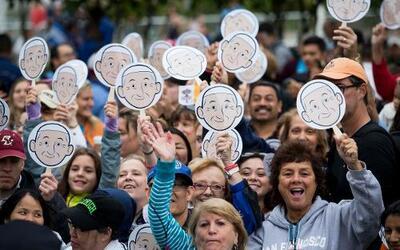 Miles salen a las calles para ver al papa