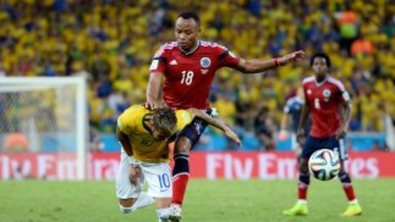 El rodillazo de Zuñiga a Neymar.
