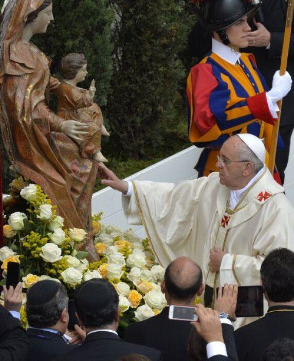 El pontífice se acerca a la figura de la Virgen María.