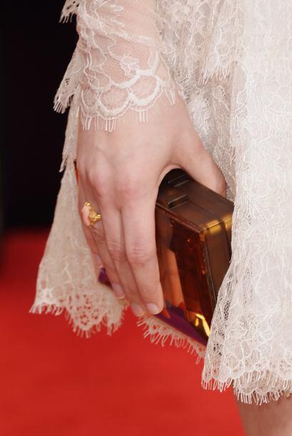 Un 'clutch' en tono cobrizo fue el que lució la actriz Taissa Farmiga.