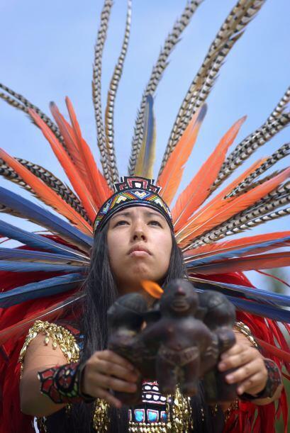 Ya seas hombre o mujer, puedes usar un atuendo prehispánico, que también...