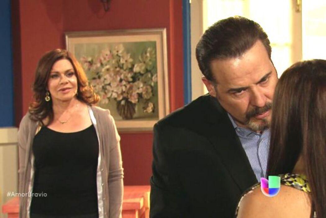 Dionisio intenta utilizar su hábil lengua para persuadir a Natalia de qu...