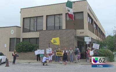 Manifestantes se congregan afuera del consulado mexicano para protestar