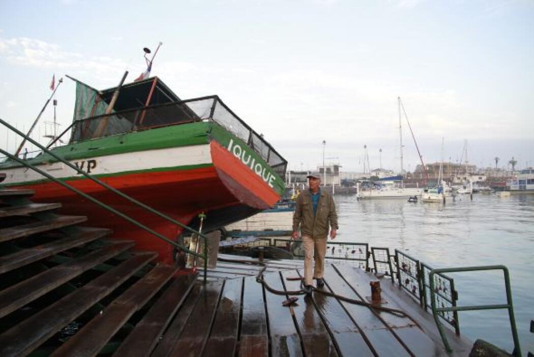 Un hombre recorre el puerto en Iquique, Chile.