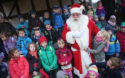 Santa Claus recibió a un grupo de menores que visitaron la oficina de co...