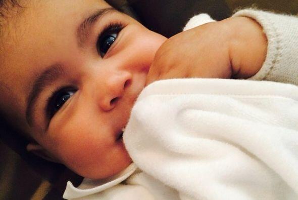Kim causó revuelo con esta foto de su bebita, cuando en Twitter le llovi...