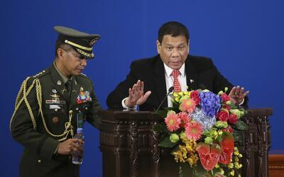 El polémico presidente de Filipinas, Rodrigo Duterte, corta todav...