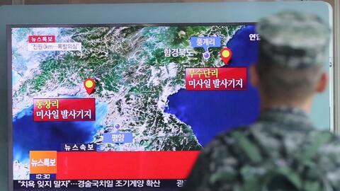 Un soldado de Corea del Sur observa un reporte sobre la actividad s&iacu...