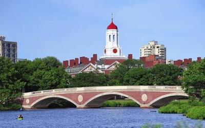 1) UNIVERSIDAD DE HARVARD - La Universidad de Harvard es una universidad...