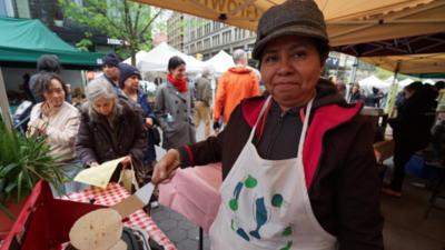 Fabiola García se asegura de comer la tortilla como en casa.