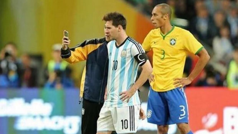 El momento en el que el aficionado se toma una foto con el argentino.
