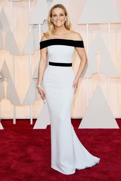Reese Whiterspoon también opta por esta elegante y atractiva combinación.