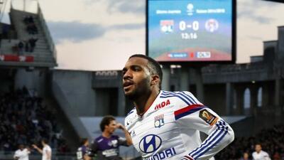 Lacazette dio forma al triunfo del Lyon con su doblete.